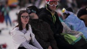 De mensen ontspannen binnen kamperen Het van brandstof voorzien van de benzinepomp Snowboarder Zonnige dag Meisje in Glazen Zon stock video