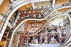 De mensen ontspannen en genieten van het winkelen Stock Foto