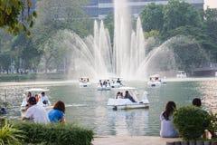 De mensen ontspannen op een boot in een stadspark in Lumpini-Park Bangkok Stock Foto's