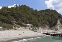 De mensen ontspannen op het strand dicht bij post van kustwacht Praskoveevka, Gelendzhik-district, Krasnodar-gebied, Rusland Stock Afbeelding