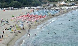 De mensen ontspannen op het strand in Sinemorets, Bulgarije op augustus 2016 Royalty-vrije Stock Afbeeldingen
