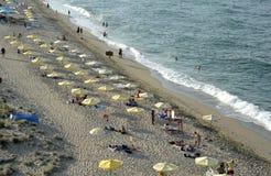 De mensen ontspannen op het strand in Sinemorets, Bulgarije op augustus 2016 Stock Fotografie