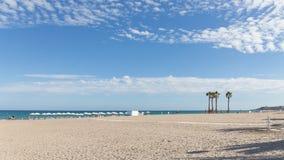 De mensen ontspannen op het strand van Alicante Stock Foto