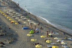 De mensen ontspannen op het strand van de Zwarte Zee in Sinemorets, Bulgarije op 30 augustus, 2015 Stock Afbeeldingen