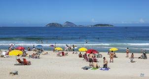 De mensen ontspannen op Ipanema-Strand in Rio de Janeiro in Brazilië Royalty-vrije Stock Foto's