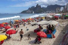 De mensen ontspannen op Ipanema-Strand in Rio de Janeiro in Brazilië Stock Fotografie