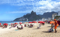 De mensen ontspannen op Ipanema-Strand in Rio de Janeiro in Brazilië Stock Foto