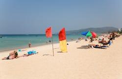 De mensen ontspannen op Karon-strand, Thailand Royalty-vrije Stock Afbeeldingen