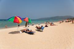 De mensen ontspannen op Karon-strand, Thailand Stock Foto