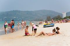 De mensen ontspannen op Karon-strand, Thailand Stock Afbeeldingen