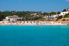 De mensen ontspannen op openbaar strand van Cala Romantica Stock Afbeelding