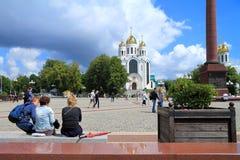 De mensen ontspannen op Victory Square in Kaliningrad stock afbeelding