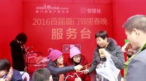 De mensen ontvangen loterijkaartjes bij het voorbureau aan Royalty-vrije Stock Afbeelding