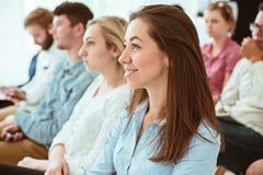 De mensen op Commerciële Vergadering in de conferentiezaal stock foto