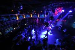 De mensen op de dansvloer van nightclu Stock Fotografie