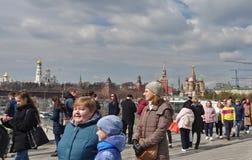 De mensen op de drijvende brug in Zaryadye-Park bewonderen het panorama van Moskou royalty-vrije stock fotografie
