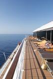 De mensen op een cruise verschepen dek Stock Fotografie