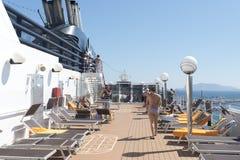 De mensen op een cruise verschepen dek Royalty-vrije Stock Fotografie