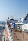 De mensen op een cruise verschepen dek Stock Foto's
