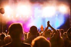 De mensen op muziek overleggen Stock Foto