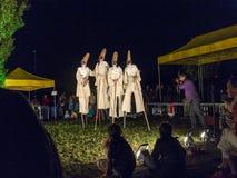 De mensen op stelten voeren Charmeur en Juliet dragend Carnaval-kosten uit Stock Foto's