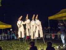 De mensen op stelten voeren Charmeur en Juliet dragend Carnaval-kosten uit Royalty-vrije Stock Afbeelding