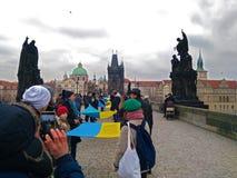 De mensen organiseerden een het leven keten in Praag stock afbeeldingen