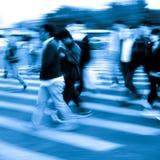 De mensen overbevolken bij de gestreepte kruising Stock Fotografie