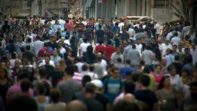 De mensen overbevolken het lopen stock video