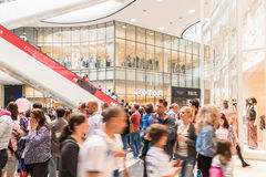 De mensen overbevolken het Winkelen in het Binnenland van de Luxewandelgalerij stock afbeeldingen