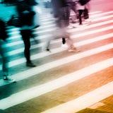 De mensen overbevolken op gestreepte kruisingsstraat Royalty-vrije Stock Foto