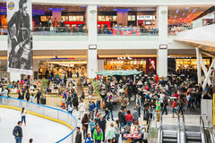 De mensen overbevolken op Restaurantvloer Stock Foto