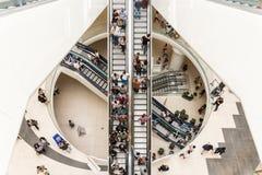 De mensen overbevolken op Roltrappen in Luxewinkelcomplex Stock Afbeeldingen