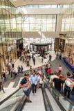 De mensen overbevolken op Roltrappen in Luxewinkelcomplex Royalty-vrije Stock Afbeelding