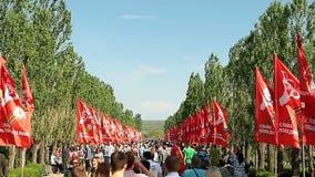 De mensen overbevolken stijgingen op Mamayev Kurgan stock videobeelden