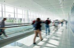 De mensen overbevolken in stormloop bij luchthaven Stock Foto's