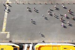 De mensen overbevolken unidirectionele beweging op werf dichtbij boten Stock Foto's