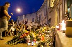 De mensen plaatsen bloemen bij Nederlandse ambassade in Kyiv Stock Afbeeldingen