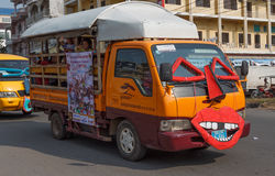 De mensen presteren in Sihanoukville jaarlijks Carnaval Royalty-vrije Stock Fotografie