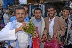 De mensen proberen khat (edulis Catha) bij de lokale markt in Lahij, Yemen Royalty-vrije Stock Afbeelding