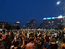 De mensen protesteren tegen corruptie en misbruik in Boekarest stock foto
