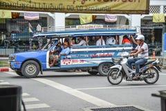 De mensen reizen door lokale minibus in Phuket Royalty-vrije Stock Fotografie