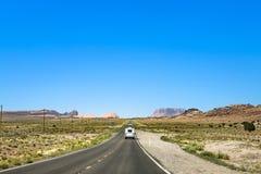 De mensen reizen met caravan naar de moumentvallei royalty-vrije stock fotografie