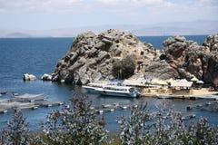 De mensen reizen naar het rieteiland op Titicaca-meer Stock Fotografie