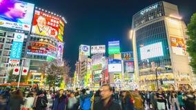 De mensen reizen in Shibuya-gebiedsoriëntatiepunt in Tokyo, Japan stock videobeelden