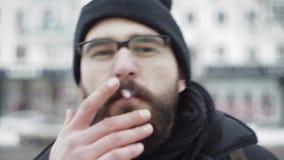 De mensen rokende sigaret van de close-upbaard op camera stock videobeelden
