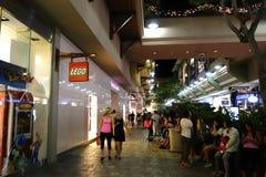 De mensen rond wandelgalerij dichtbij Lego slaan en het geheim van Veronica op Royalty-vrije Stock Fotografie