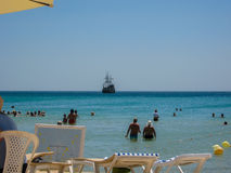 De mensen rusten op het strand van het hotel De zomer van 2013 jaar Stock Afbeeldingen