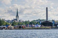 De mensen rusten op Overzeese Dagen in Tallinn stock afbeelding