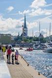 De mensen rusten op Overzeese Dagen in Tallinn stock foto